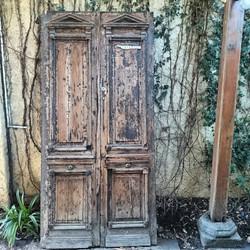 Dos puertas antiguas con molduras