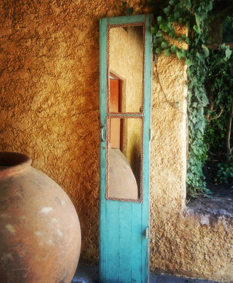 Puerta con tejido bordado