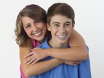 Adolescentes con brackets sonriendo