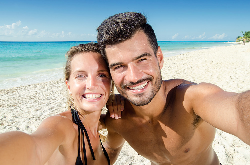 Selfie de pareja sonriendo