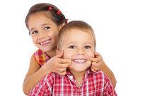 Niños sonrientes con ortodoncia infantil