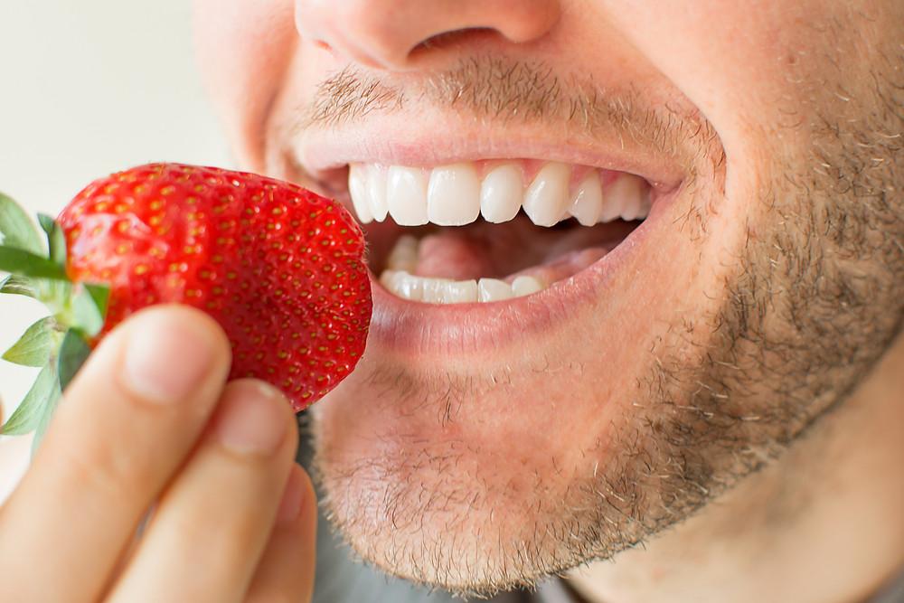 Boca comiendo una fresa