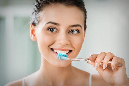 Limpiar los dientes con ortodoncia invis