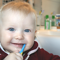 Niño cepillándose los dientes