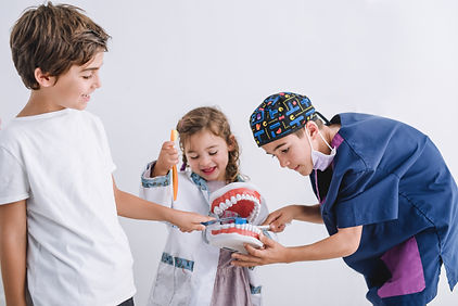 Niños aprendiendo a cepillarse os dientes