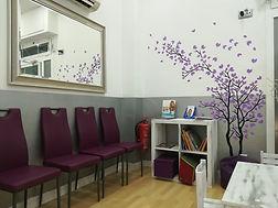 Sala de espera con espacio para que los niños se sientan cómodos y se diviertan y entretengan mientras esperan