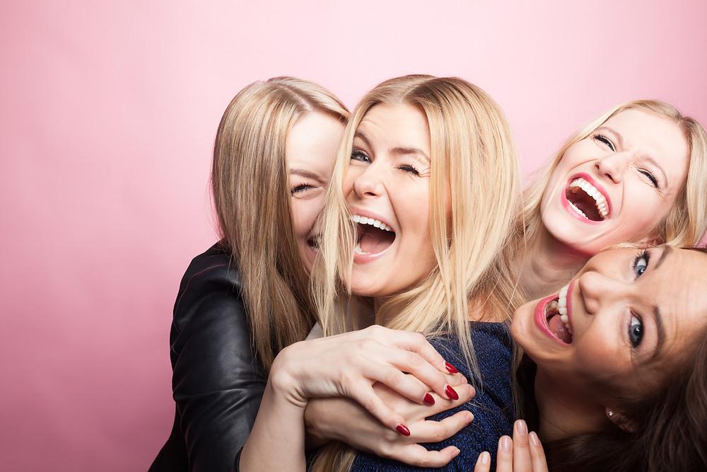 Mujeres riendo