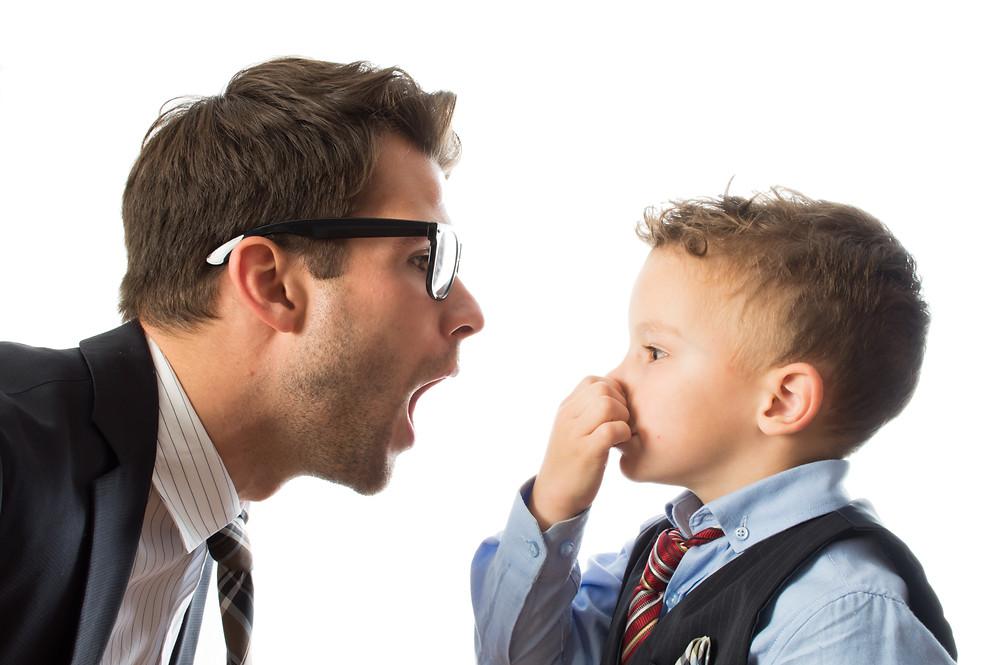 Señor con mala olor de boca y niño tapándose la nariz