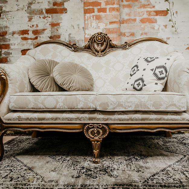 Bež kraljevska sofa