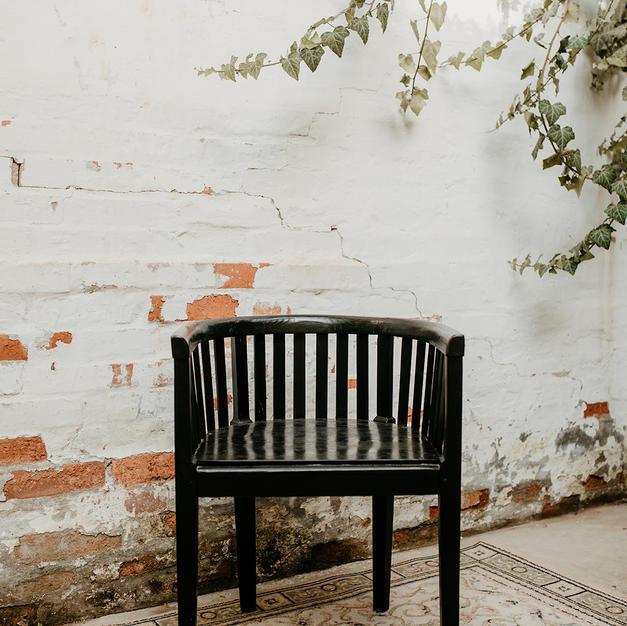 Drveni antik stolac