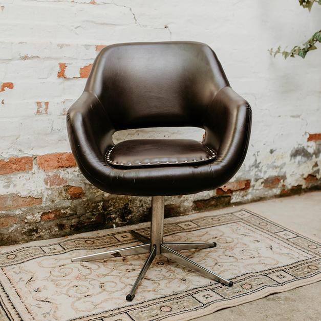 Smeđa kožna fotelja