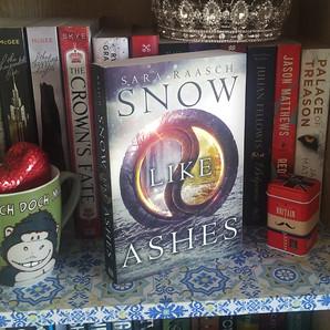 RESENHA: Neve e Cinzs (Raasch, Sara)