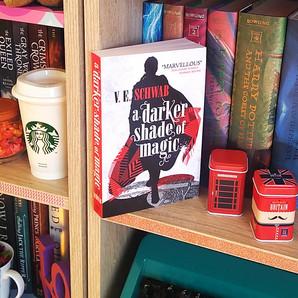 RESENHA: Um Tom Mais Escuro de Magia (Schwab, Victoria)