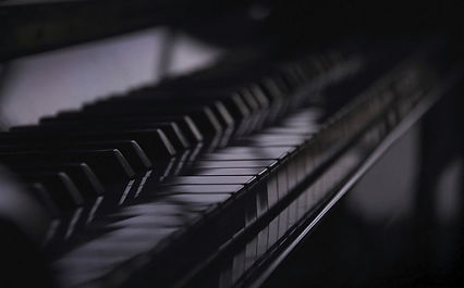 Piano-keys-light-reflection.JPG