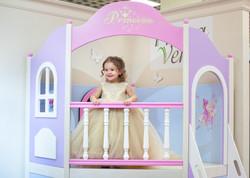 принцесса на балконе домика