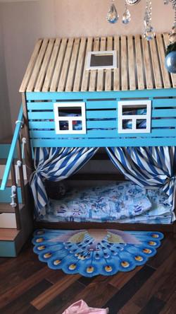 кровать-домик из массива сосны в морском стиле