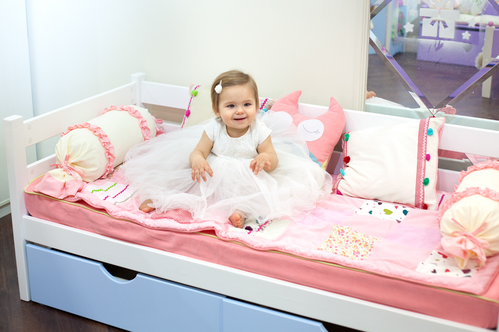 кроватка из массива сосны с текстилем
