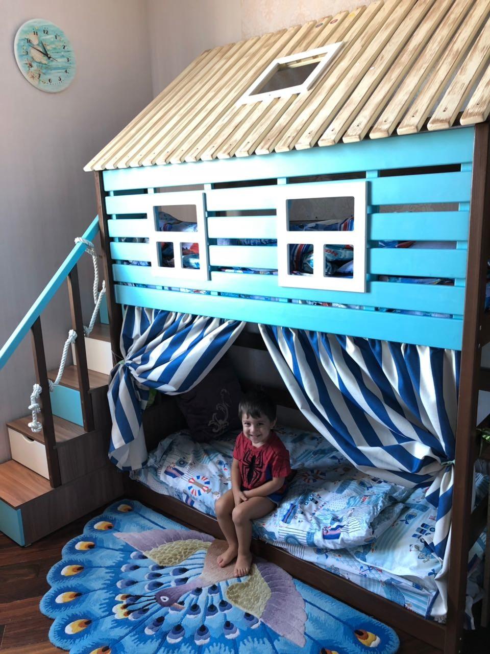 счастливый обладатель кровати-домика