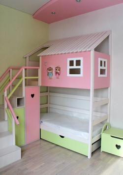 домик из дерева со спальным и игровым местом