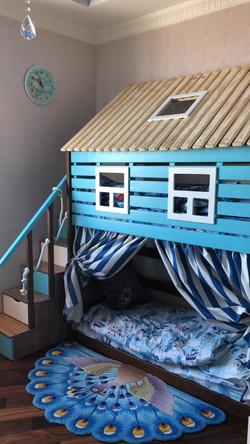 кровать-домик из массива сосны с модульной лестницей
