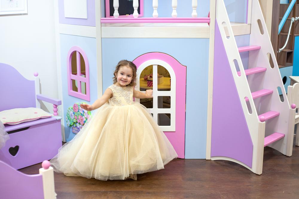 принцесса у своего домика