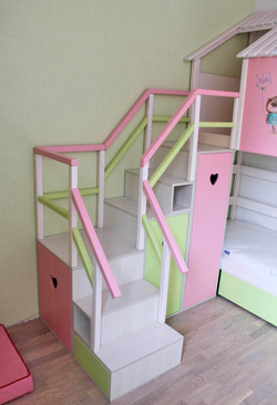 поворотная лестница с деревянными ограждениями