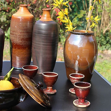 Bouteilles, vase, coquetiers et soupière réalisés en grès de Saint-Amand