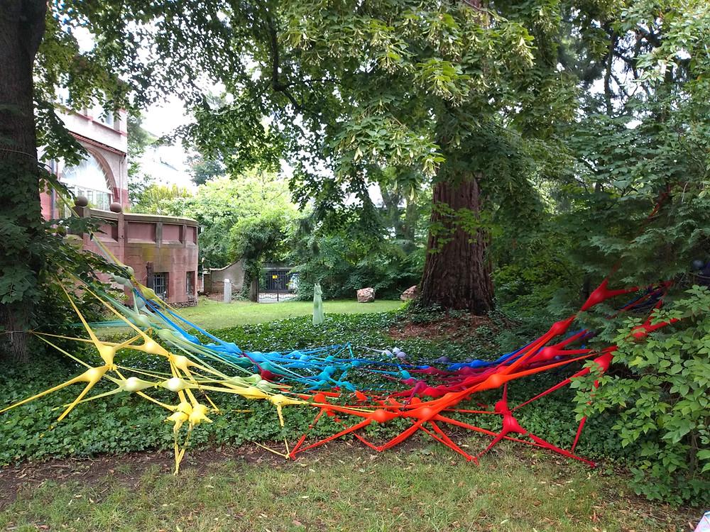 Intervading Invading Network nennt Irene Anton ihr vielfarbiges Kunstwerk aus Strumpfhosen und Styroporkugeln.