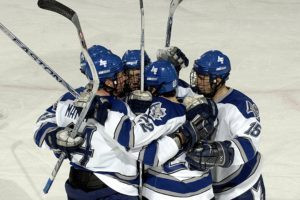 Joueurs de Hockey se serrant ensemble