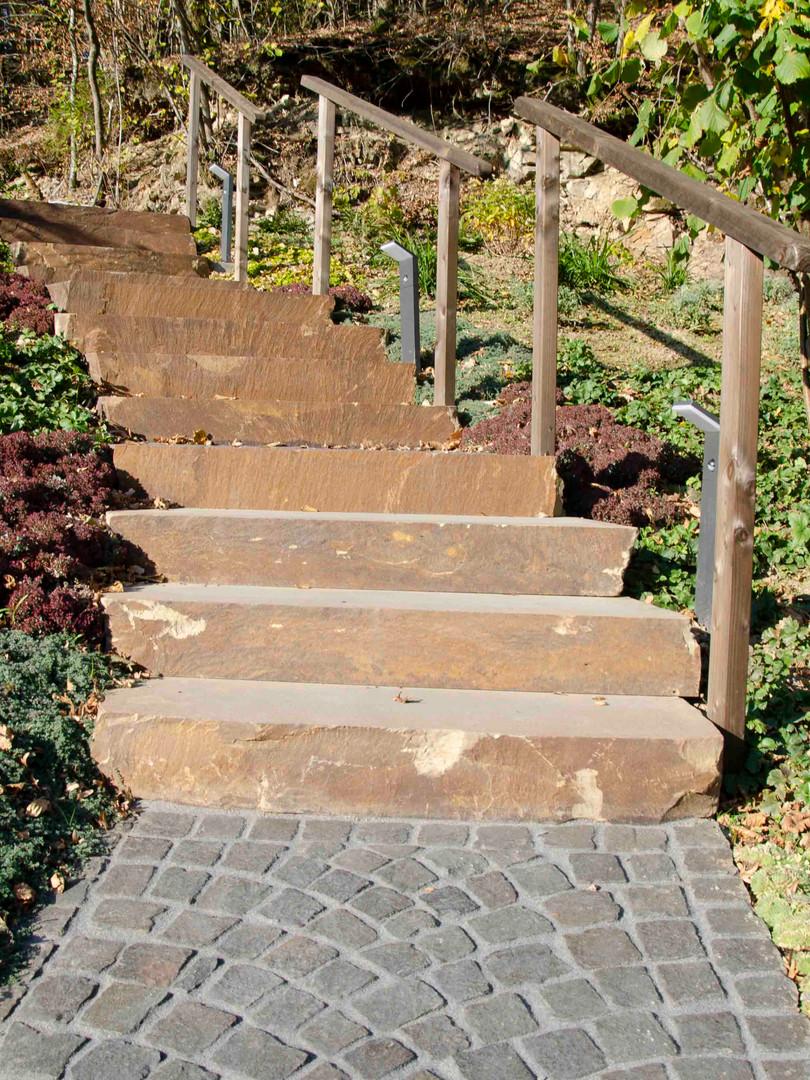 Terrassen, Treppen und Wege