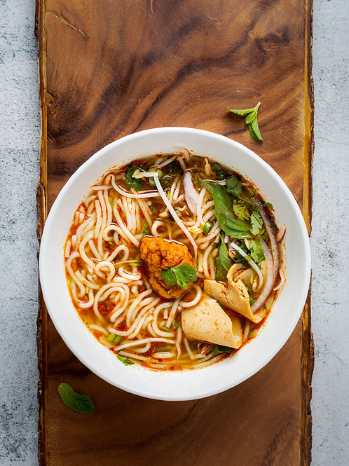 Wok de poulet au curry et lait de coco, nouilles chinoises et légumes thaï