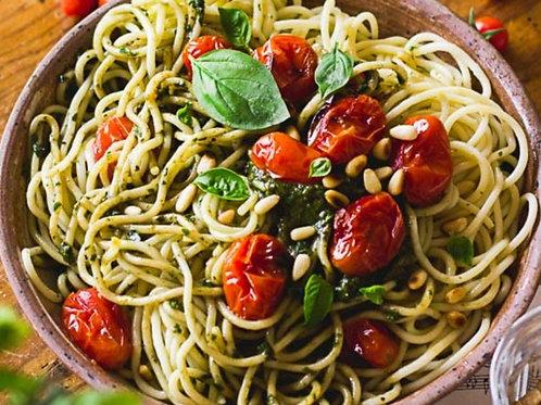 Plat végétarien pâtes au basilic, frais et tomates confites