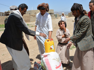 توزيع 64 سلة غذائية على بعض الاسر النازحة في مخيم ضروان بمحافظة صنعاء وفي مناطق (الجنات، الجوب، المخ