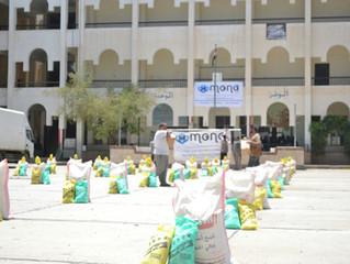 منظمة منى تقدم 50 سلة غذائية للمعلمين في بعض مدارس الحصبة