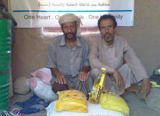 Mona Relief provides 30 families in Hareeb al-Qarmish of Marib food aid baskets