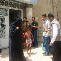 منظمة منى توزع مجموعة من الحقائب الصحية للاطفال المصابين بحروق في المستشفى الجمهوري بصنعاء