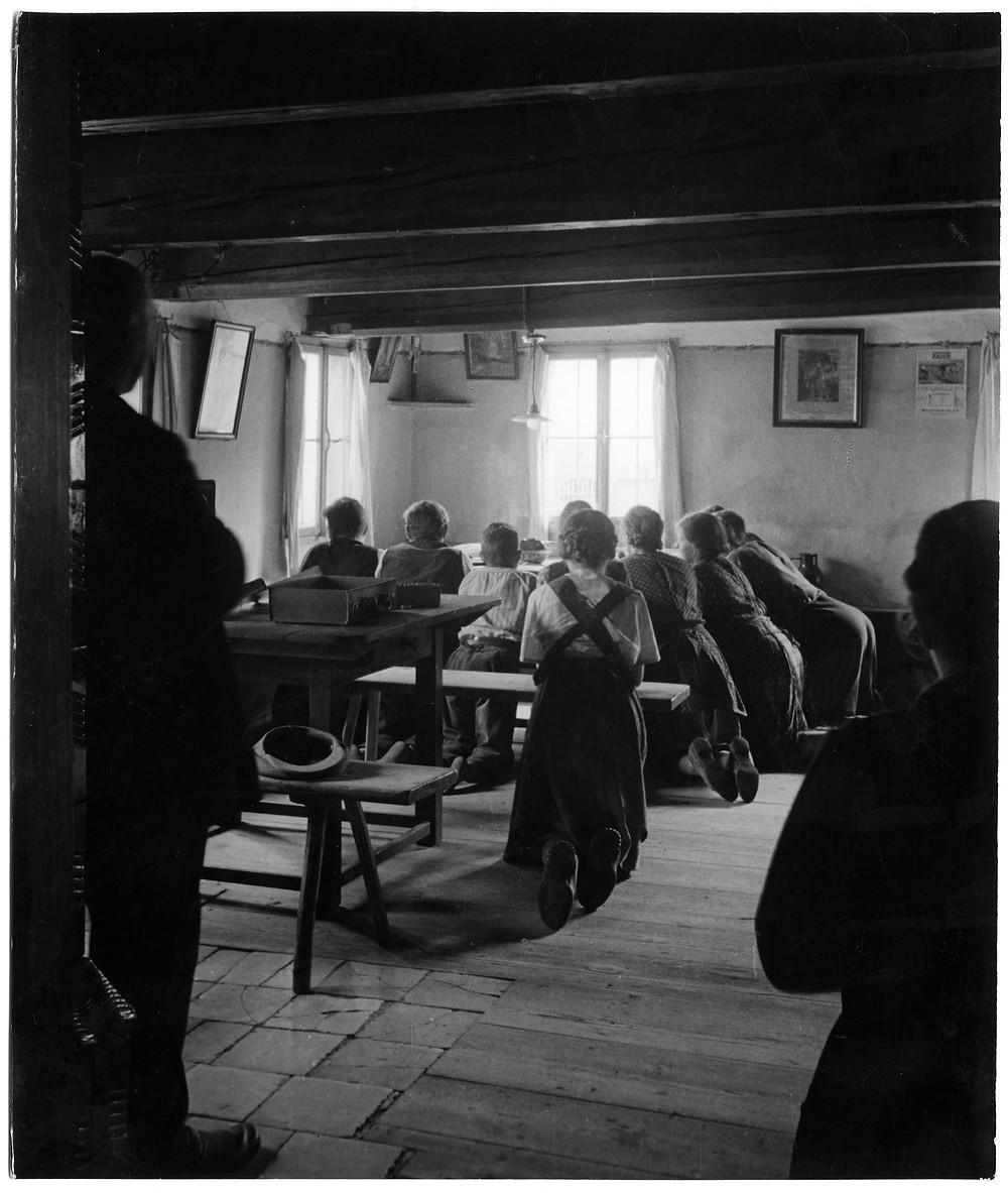 Hans Saebens, Waldbauern halten fest am guten alten Brauch, nach Tisch gemeinsam mit den Knechten für Speis & Trank Gott zu danken, c.1930s