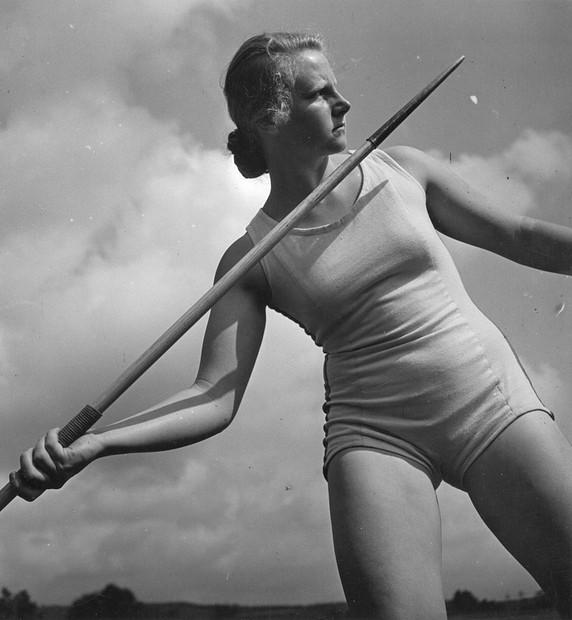 Anna Koppitz, Speerwerfende Schülerin der Reichsschule Burg Neuhaus bei der Reichsnährstandsausstellung in Leipzig, June 1939