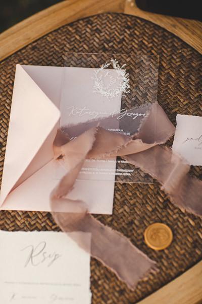 transparentne-zaproszenia-na-szkle-przez