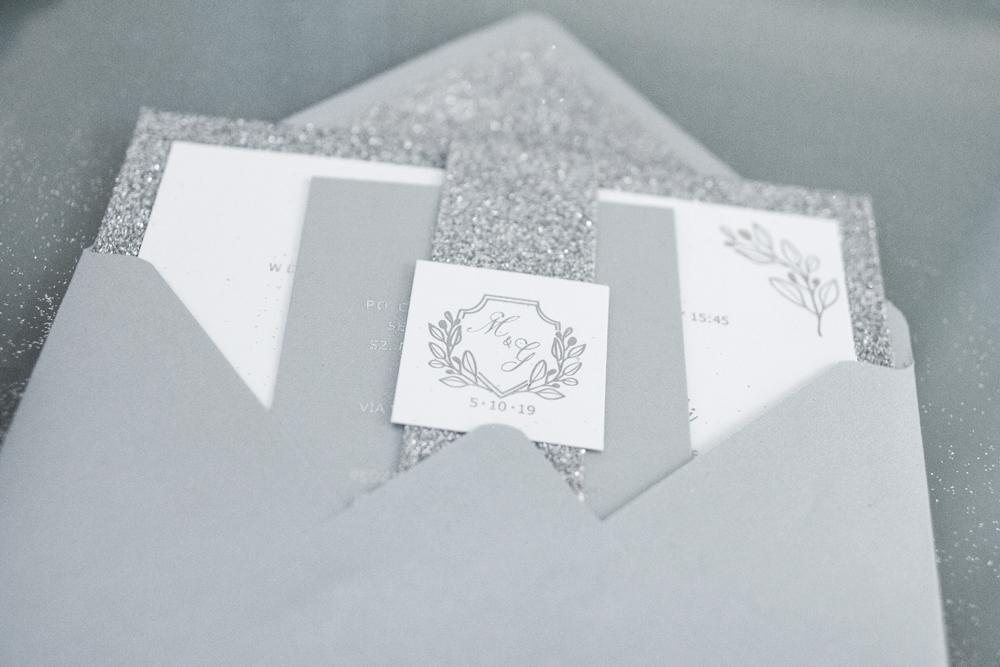 brokatowe-srebrne-zaproszenia-slubne-gla