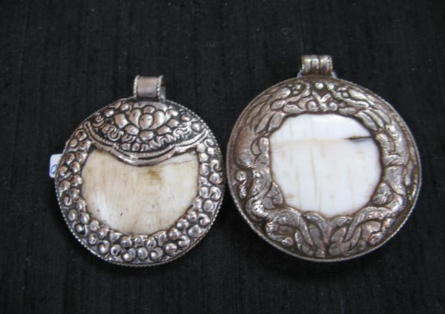Triabl metal and shell, Nepal