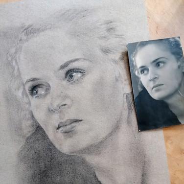 Sonia Ansiaux - la jolie maman de Magda -  fusain, crayon gras et acrylique sur papier Dorée Pastellblock - 24x14