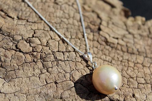 Natural metallic pearl