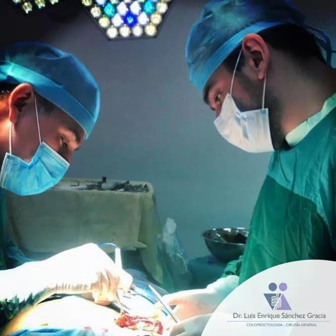 El Dr. Luis Enrique realizando un procedimiento quirúrgico