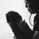 אמא עם תינוק.jpg