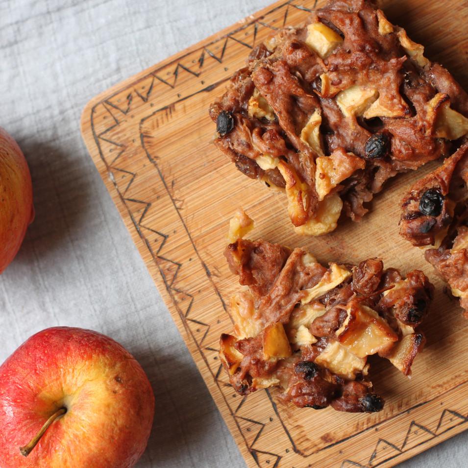 Appelcake van speltmeel met rozijntjes en walnoten