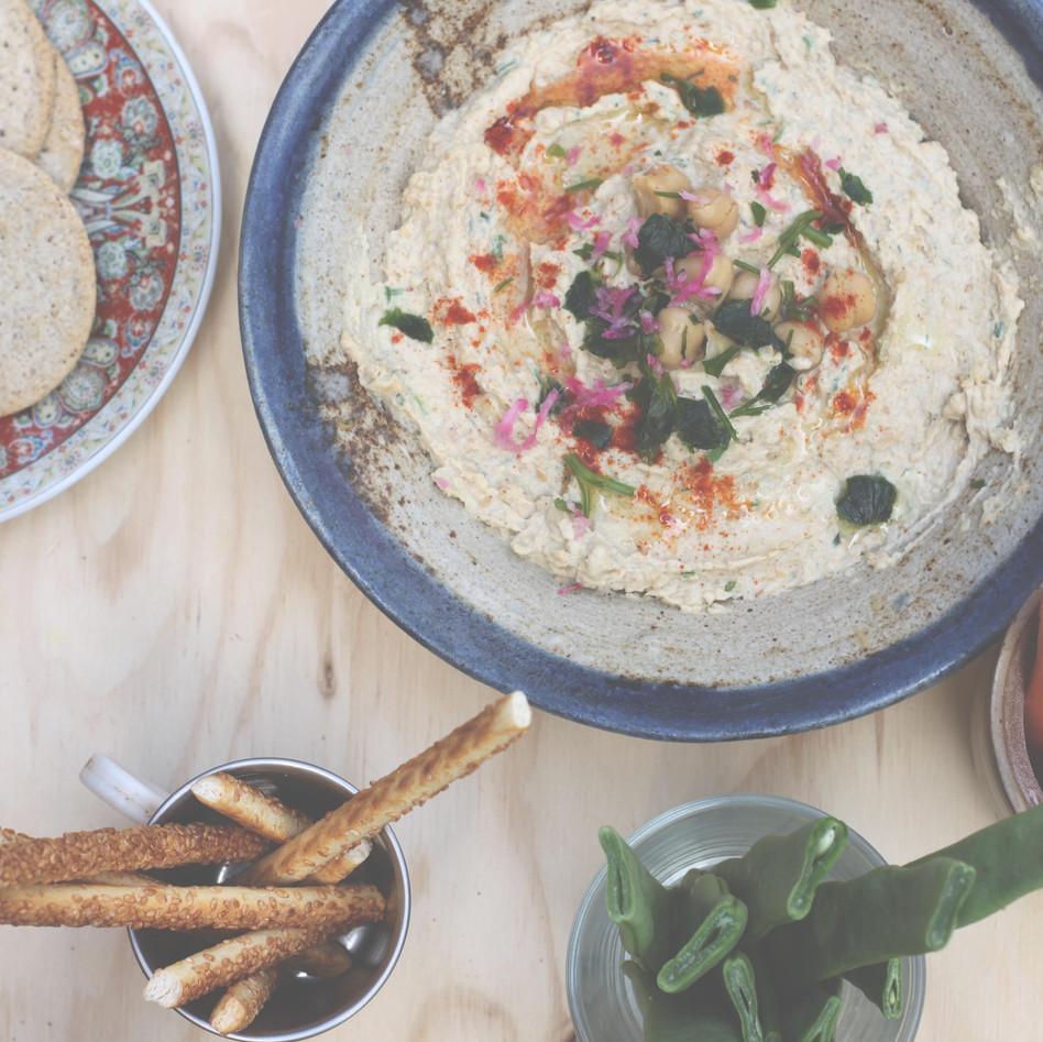 Hummus pakketje met homemade zaden-crackers en groentenreepjes