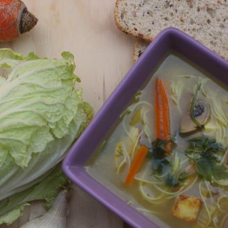 Soep vol met veggies van het seizoen