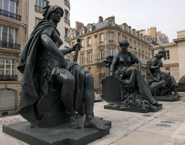 statues outside le Musée d'Orsay