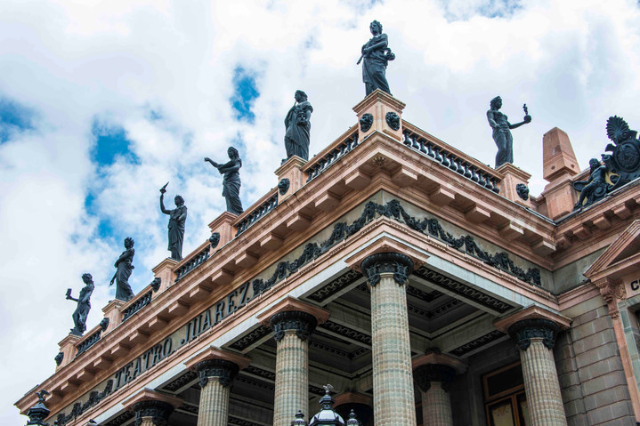 Teatro Juarez statues